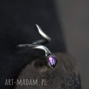srebrny regulowany pierścień z ametystem
