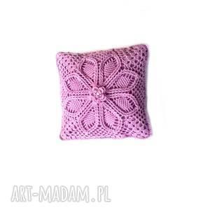 poszewka z poduszką włóczki motywem kwiatowym i perełką we fiolecie