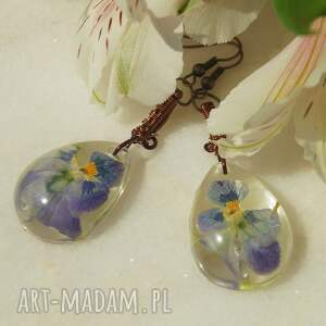 krople błękitnych bratków - kolczyki z kwiatów, żywicy i miedzi