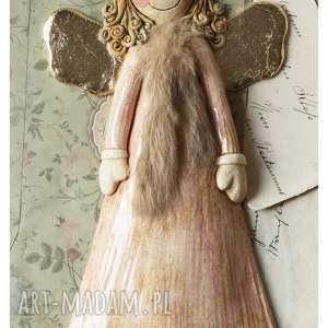Anioł różowy z futerkiem, ceramika, anioł