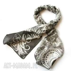 Czarno biały szal jedwabny, ręcznie malowany w pawie pióra