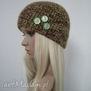 czapka zielono-brązowa z ozdobnymi guziczkami - czapka, guziki, ozdobna, fajna