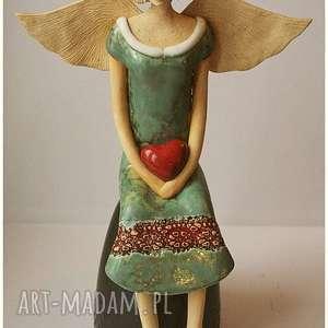 Anielica siedząca z sercem, ceramika, anioł, serce, walentynki