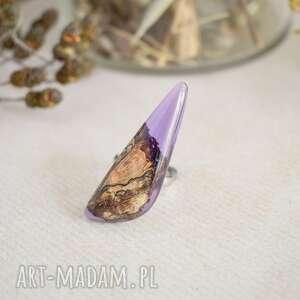 fioletowy pierścionek z drewna i żywicy