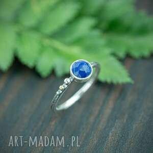 srebrny pierścionek z lapis lazuli i złotą kulką, niebieskim