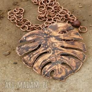 wisiorki miedziany liść monstera z brązowymi agatami, wisior monstera, biżuteria