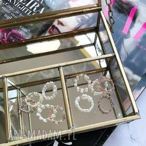 zestaw 5 pierścionków elastycznych, opal, perły, złoto, biżuteria, pierścionek