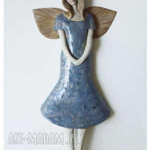 handmade ceramika aniołek wiszący w szarej sukience i beretce