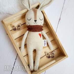 maskotki lniany króliczek śpioszek w brązowym kominku, maskotka