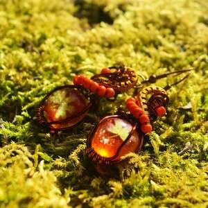handmade kolczyki czerwone nie konopie - kolczyki z listka, żywicy i miedzi