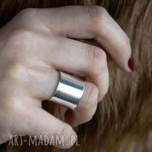 srebrny minimalistyczny pierścionek, gładki, surowy, srebro