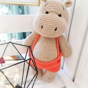 duży hipopotam w bawełnianych spodenkach z szelkami, hipcio