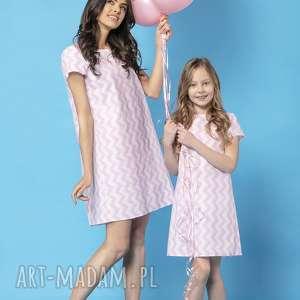komplet letnich sukienek z kontrafałdą na plecach, model 32a, zygzak różowy