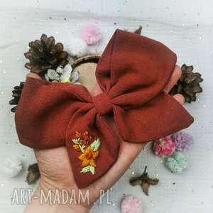 prezent na święta, jesienne kwiaty, kokarda, dziewczynka, kokardka