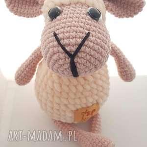 pod choinkę prezent, maskotki owieczka szydełkowa