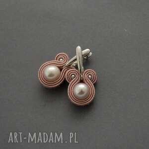 kolczyki sutasz z perłami, sznurek, pudrowy róż, delikatne, eleganckie, wiszące
