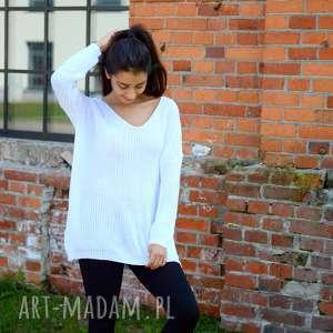 śliczny biały sweterek oversize z dekoltem w serek, luźny, szeroki, jesienny, zimowy