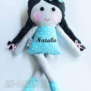 Lalka w warkoczach z imieniem lalki ateliermalegodesignu