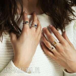 minimalistyczny pierścionek z naturalnym agatem czerwonym - otwarty