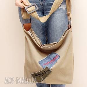 ręcznie robione torebki z haftowaną aplikacją