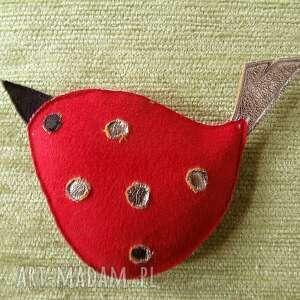 czerwony ptak w srebrzyste kropy - czerwony, ptak, srebrzyste, kropki, zapięcie