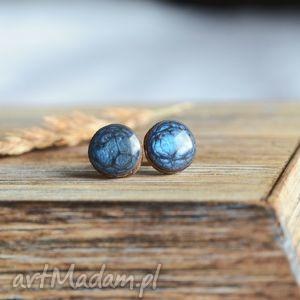 wyjątkowy prezent, niebieskie kolczyki sztyfty, drewno, drewniane, noc, sztyfty
