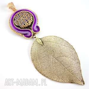 Fioletowy wisior z ornamentami i złotym liściem, wisior z motywem roslinnym
