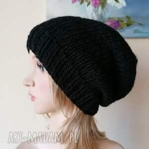 pod choinkę prezent, beannie w czerni, rękodzieło, bezszwowa czapka na druta