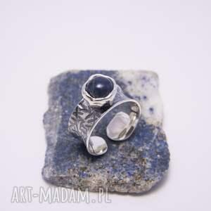 srebrny pierścionek gnieciony z lapis lazuli, awangardowy