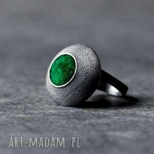duży srebrny pierścionek oksydowany z zielonym oczkiem, regulowany