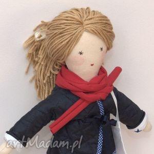 lisa w granatowej pikówce, lalka, szmaciana, prezent, włóczkowe, włosy, kurtka