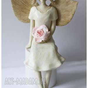 Anioł z delikatną różą, ceramika, anioł