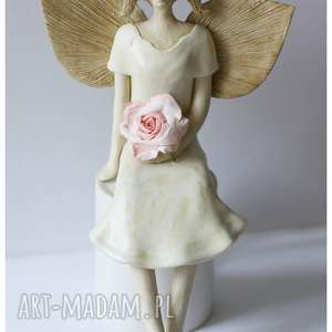 anioł z delikatną różą, ceramika, dom