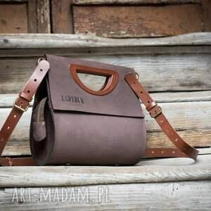 na ramię torebka łezka w kolorze brązowym, ręcznie wykonana z naturalnej