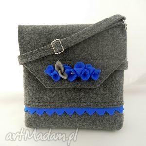 na ramię filcowa torebka z niebieską falbanką i kwiatkami, filc, folk
