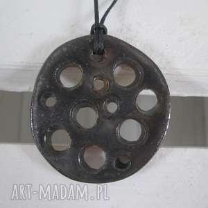 metaliczny dziurawy wisiorek, wisior ceramiczny, biżuteria ceramiczna, wisiorki