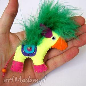 neonowy konik - broszka z filcu - filc, koń, pióra, siodło, podkowa, broszka