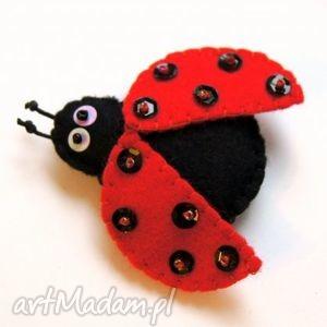 biedroneczka - broszka z filcu - kropki, biedronka, skrzydła, filc, broszka, owad