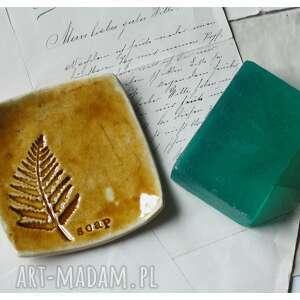 hand-made ceramika mydelniczka miodowa z paprocią
