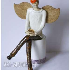 Anioł męski z filiżanką, ceramika, anioł, filiżanka
