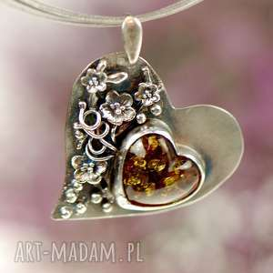 wisiorki bursztynowe serce w kwiatach a687, wisior z bursztynem, bursztyn bałtycki