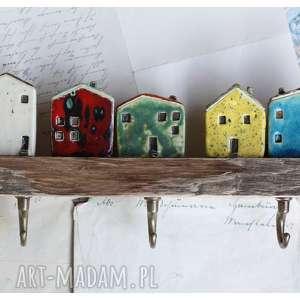 wieszak z domkami na skarpie, ceramika, wieszak, domek, drewno wieszaki