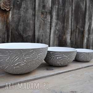 Zestaw trzech mis z szarej gliny ceramika tyka ceramika, misa
