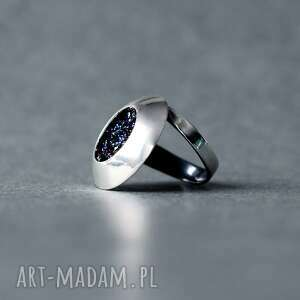 srebrny regulowany pierścionek z druzami karborundu, nowoczesny minerałem