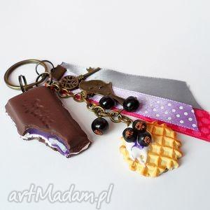czekolada z porzeczką - brelok, fimo, czekolada, tasiemki, słodycze, prezent