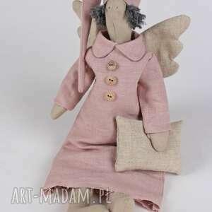 Anioł w różowej, lnianej koszuli maskotki gucialoveskids tilda
