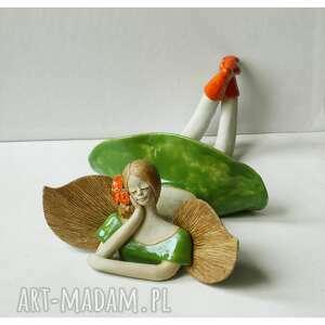ceramika aniołek leżący w zielonej sukience z różyczkami, ceramika, anioł, róża