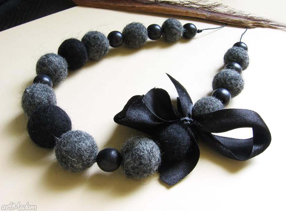 ręcznie zrobione korale czarne z kokardą