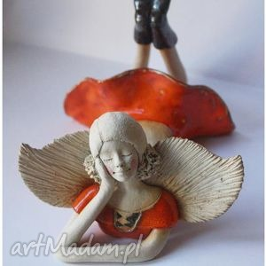 handmade ceramika anioł leżący w pomarańczowej sukience