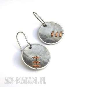 kolczyki z aluminium i miedzi ręcznie szyte, szycie, krawiectwo metaloplastyka